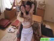 岩崎千鶴がデカチン男とのセックスで嬉しそうに喘ぐおばさんの動画